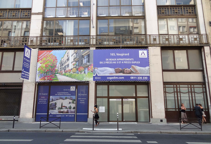 Un panneau posé sur un immeuble