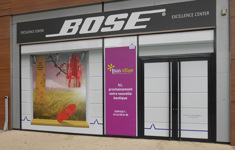 Une vitrine Bose avec adhésif non permanent